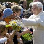 Benedetto XVI operato al polso dopo una caduta